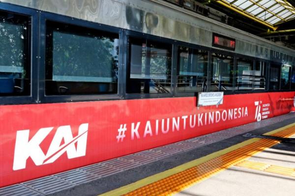 Salah satu contoh livery HUT Ke-76 RI yang terpasang di salah satu gerbong kereta api. (Foto: Humas PT KAI Daop 8 Surabaya)
