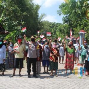 Polres Ngawi Bagikan 25 Paket Bansos dan Ratusan Replika Bendera Merah Putih