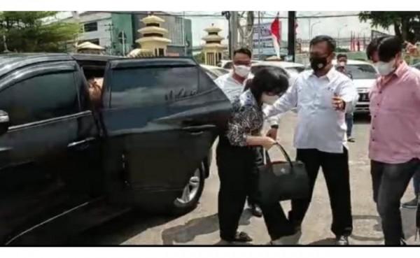 Anak Akidi Tio Heriyanti tiba di Mapolda Sumsel pada Senin (2/8/2021) siang. (Foto: Tangkapan layar)
