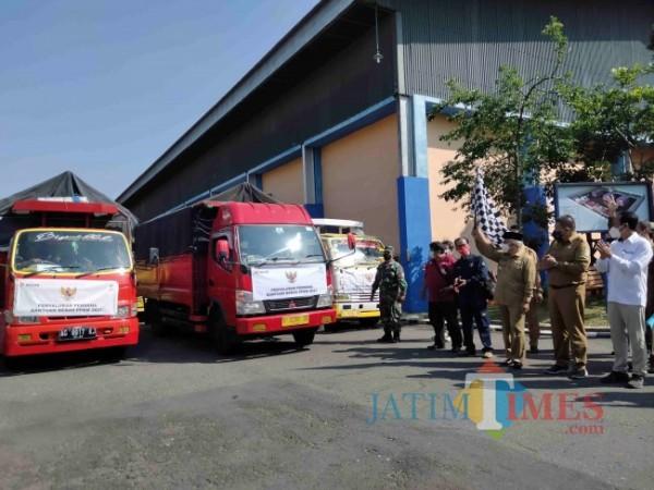 Bupati Malang, HM. Sanusi secara simbolis memberangkatkan bantuan beras dari Kemensos.
