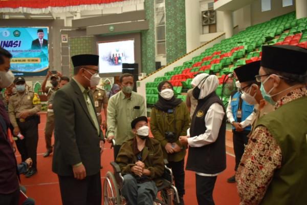 Gubernur Jatim Khofifah Indar Parawansa dan Rektor Unisma Prof Maskuri memantau jalannya vaksinasi bagi para difabel. (Ist)