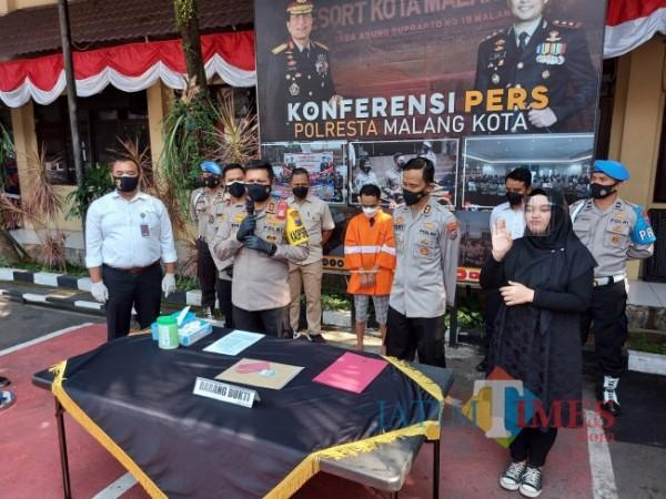 Kapolresta Malang Kota AKBP Budi Hermanto saat ungkap kasus penipuan dan penggelapan di Mapolresta Malang Kota, Senin (2/8/2021). (Foto: Tubagus Achmad/MalangTIMES)