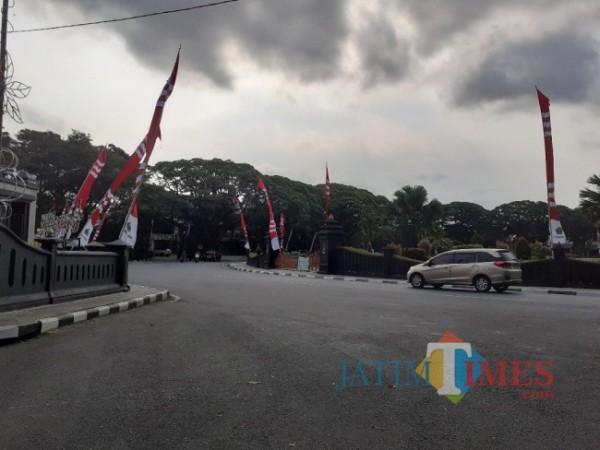 Kawasan depan Balai Kota Malang yang dipasangi atribute bendera merah putih menyambut HUT Kemerdekaan RI ke-76. (Arifina Cahyanti Firdausi/MalangTIMES).