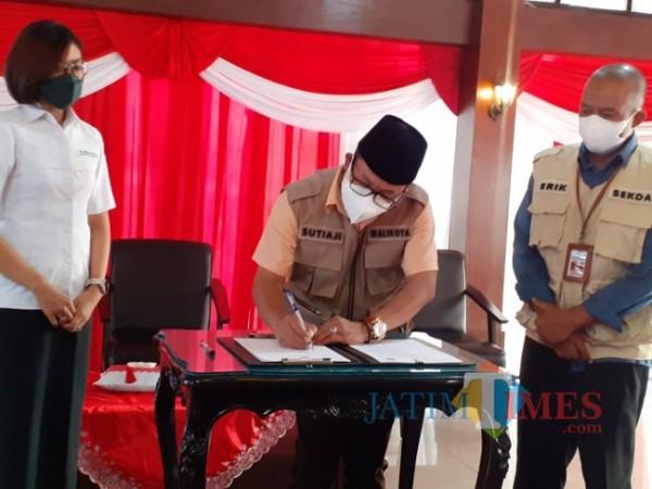 Penandatangan MoU antara BPJS-Kesehatan dan Pemkot Malang terkait pemanfaatan dashboard JKN di Kota Malang, Senin (2/8/2021) di Gazebo Balai Kota Malang. (Arifina Cahyanti Firdausi/MalangTIMES).
