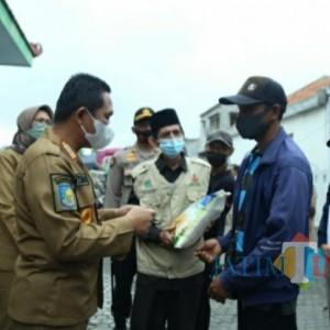 Bupati dan Wabup Lumajang Serahkan Bantuan Beras PPKM, Ini Penerimanya