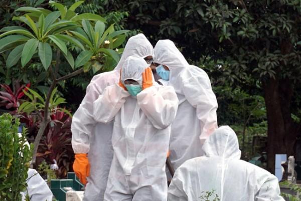 Sejumlah petugas pemakaman pasien covid-19 Kota Kediri. (Foto: Ist)