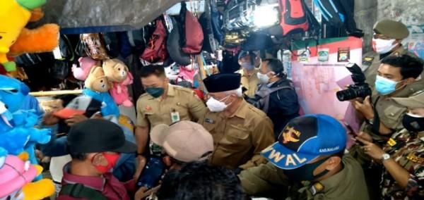 Bupati Malang HM Sanusi (pakai kopiah) saat membagikan masker di Pasar Lawang (foto: istimewa)
