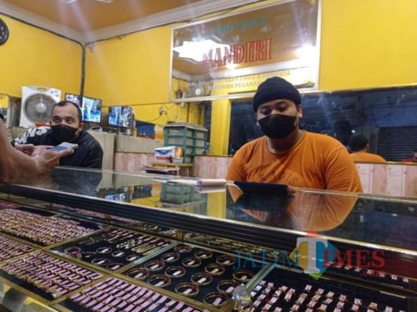 Dua karyawan toko emas Mandiri saat dijumpai media ini, Selasa (3/8/2021). (foto: Hendra Saputra/MalangTIMES)