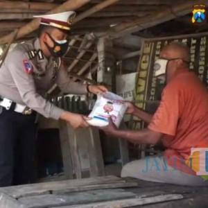 Jajaran Satlantas Polres Ngawi Bagikan Bansos Bagi Warga Balong Beran