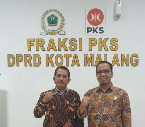 Anggota Komisi B DPRD Kota Malang, Bayu Rekso Aji (kanan) saat menemui perwakilan pedagang salah satu pasar rakyat. (Foto: Istimewa).