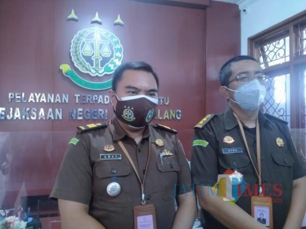 Kasi Pidsus Kejari Kota Malang Dino Kriesmiardi (kanan) didampingi Kasubsi Penyidikan Bobby Ardirizka W. (Foto: Anggara Sudiongko/MalangTIMES)
