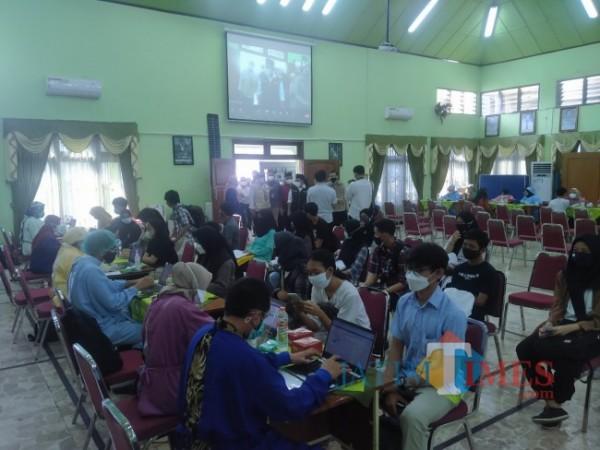 Para siswa SMAN 2 Kota Malang saat mengikuti vaksinasi (Anggara Sudiongko/ MalangTIMES)
