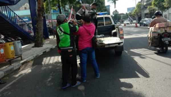 Petugas dibantu warga saat akan mengamankan kendaraan yang terlibat kecelakaan. (Ist)
