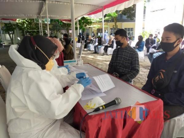 Salah satu peserta didik melakukan pendaftaran vaksinasi. (Foto: Muklas/JatimTIMES)