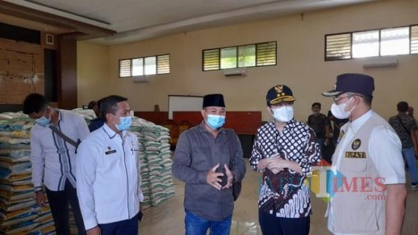 Wagub Jatim didampingi, Kadinsos dan Bupati Bangkalan saat meninjau paket beras dari Kemensos RI di Gudang Dinsos Bangkalan (Foto: Imam/JatimTIMES)