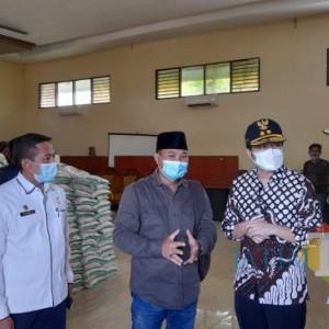 Tidak Layak Konsumsi, Wagub Jatim Larang Pembagian Paket Beras Kemensos di Bangkalan