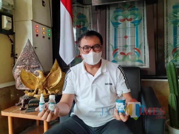 Wakil Wali Kota Malang Sofyan Edi Jarwoko saat menunjukkan obat herbal Immune Support Axxatha. (Arifina Cahyanti Firdausi/MalangTIMES).