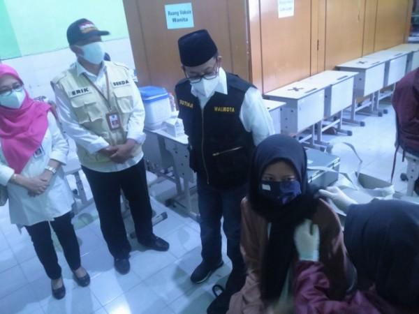 Walikota Malang Sutiaji saat melakukan pemantauan vaksinasi di SMAN 2 Kota Malang (Anggara Sudiongko/MalangTIMES)