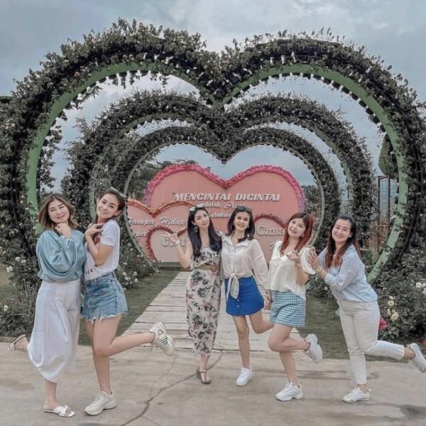 Beberapa wisatawan saat berswafoto di Batu Love Garden beberapa saat lalu. (Foto: istimewa)