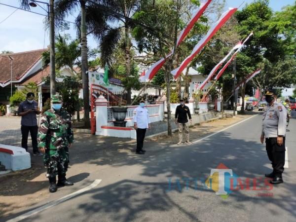 Camat Kepanjen, Eko Margianto saat melakukan operasi penegakan kedisiplinan prokes di sekitar wilayah Kepanjen
