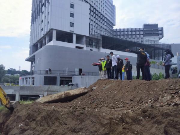 Komisi C DPRD Kota Malang bersama DPUPRPKP Kota Malang saat melakukan peninjauan lokasi pembangunan Jembatan Tlogomas (foto: Anggara Sudiongko/ MalangTIMES)