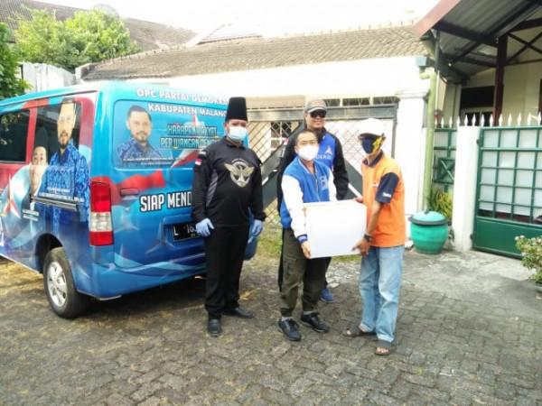 Penyerahan bingkisan untuk pasien Isoman Covid-19 oleh DPC Demokrat Kota Malang kepada perwakilan RT 3 Perumahan Taman Raden Intan, Kamis (5/8/2021). (Foto: Istimewa).