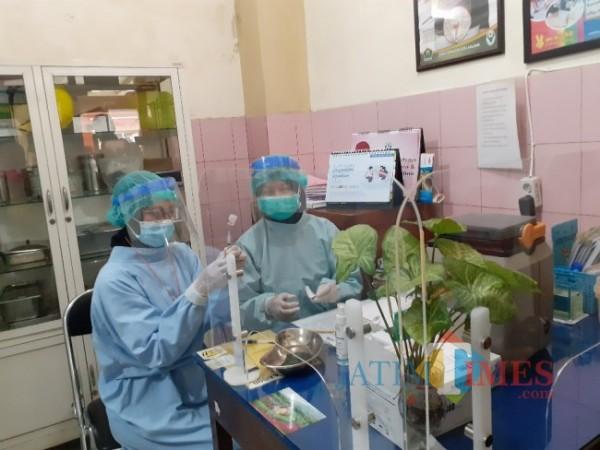 Petugas kesehatan saat menyiapkan vaksin Covid-19. (Arifina Cahyanti Firdausi/ MalangTIMES).