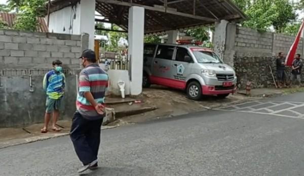 Prosesi pemakaman Wondo yang meninggal dunia di dalam mobil.(Foto : Istimewa)