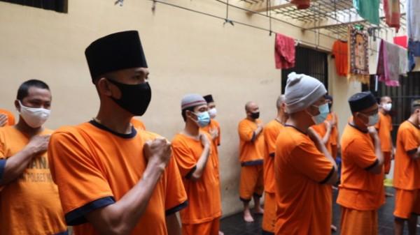 Puluhan tahanan di Mapolres Malang saat bersama-sama menyanyikan lagu Indonesia Raya (foto: Humas Polres Malang for MalangTIMES)