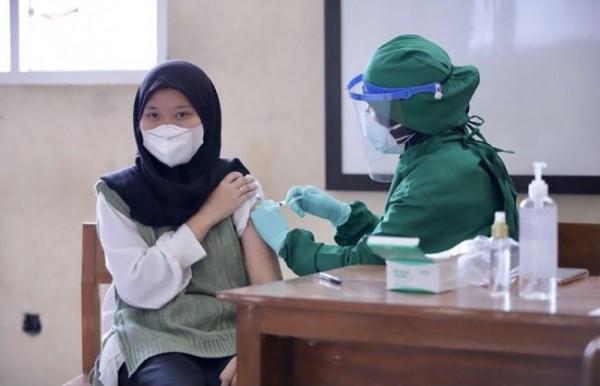 Salah satu pelajar saat disuntikkan vaksin Sinovac oleh tenaga kesehatan di SMKN 3 Kota Batu. (Foto: Istimewa)