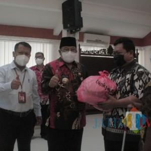 Wali Kota Blitar Serahkan Bantuan Sembako CSR Bank Jatim untuk Pertuni dan PKL