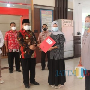 Dorong Pelaku UMKM Berkembang di Tengah Pandemi, Wali Kota Blitar Salurkan Bantuan BPUM
