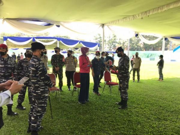 Peninjauan kegiatan Serbuan Vaksin Covid-19 oleh Koarmada II TNI Angakatan Laut (AL) dan jajaran Forkopimda Kota Malang di Stadion Gajayana, Jumat (6/8/2021). (Foto: Istimewa).