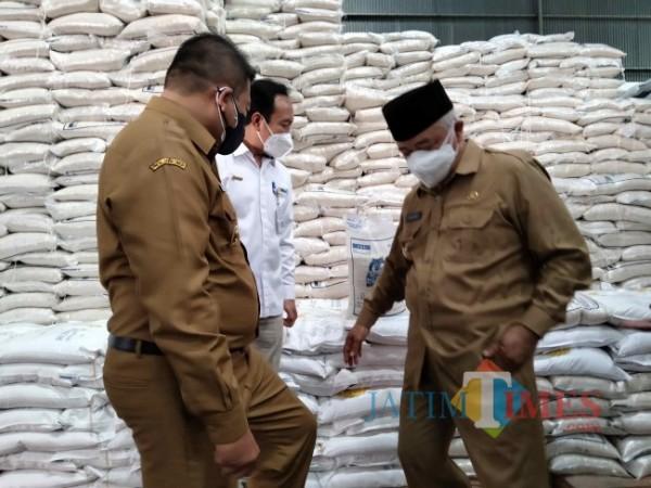 Bupati Malang HM. Sanusi dan Wabup Malang Didik Gatot Subroto saat meninjau kondisi beras bantuan PPKM di Gudang Bulog Malang beberapa waktu lalu.