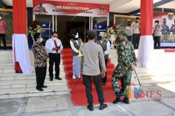 Forum Komunikasi Pimpinan Daerah (forkopimda) saat berada di depan isolasi terpadu Kota Batu di YPII beberapa saat lalu. (Foto: Irsya Richa/ MalangTIMES)