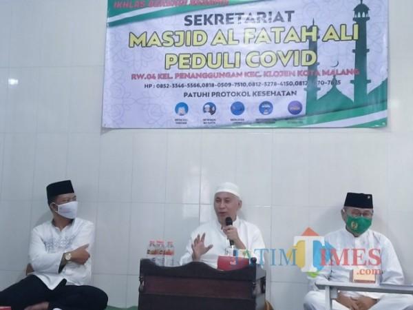 Ketua Takmir Masjid Al Fattah Ali Peduli Covid Prof Muhammad Bisri (tengah). (Anggara Sudiongko/MalangTIMES)