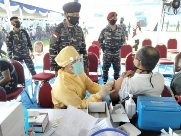 Panglima Koarmada II, Laksda TNI Dr Iwan Isnurwanto, SH MAP MTr (Han) saat memantau jalannya vaksinasi di Kota Malang (Ist)
