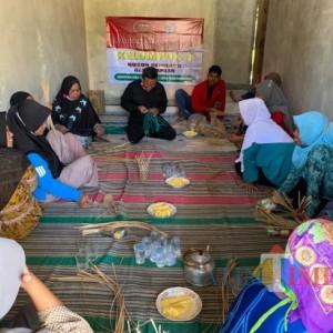 Mahasiswa KKN Untag 45 Banyuwangi Latih Warga Bikin Kemasan Gula Aren dari Bambu