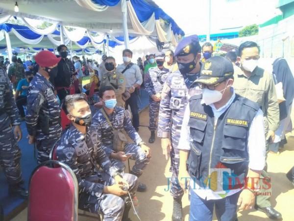 Wali Kota Malang, Sutiaji, saat melakukan kegiatan vaksinasi di Stadion Gajayana bersama Panglima Koarmada II, Laksda TNI Dr Iwan Isnurwanto, SH MAP MTr (Han) (foto: Anggara Sudiongko/ MalangTIMES)