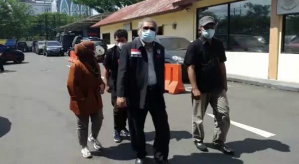 Ketua Umum Komnas PA, Ariest Merdeka Sirait saat akan masuk ke Polda Jatim beberapa saat lalu. (Foto: istimewa)