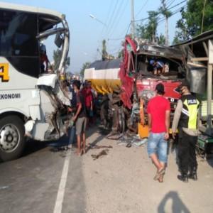Mengemudi Sambil Telepon, Bus Akap Hajar Truk Tangki di Jombang