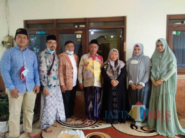 Panitia Program Rumah Ibadah Bergerak, tengah bersilaturahmi dengan Ketua PWNU Jatim, KH Marzuki Mustamar (foto: Anggara Sudiongko/ MalangTIMES)