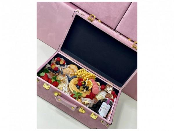 Sajian sarapan mewah ala sultan di dalam koper elegan. (Foto: Instagram @tlccateringsydney).