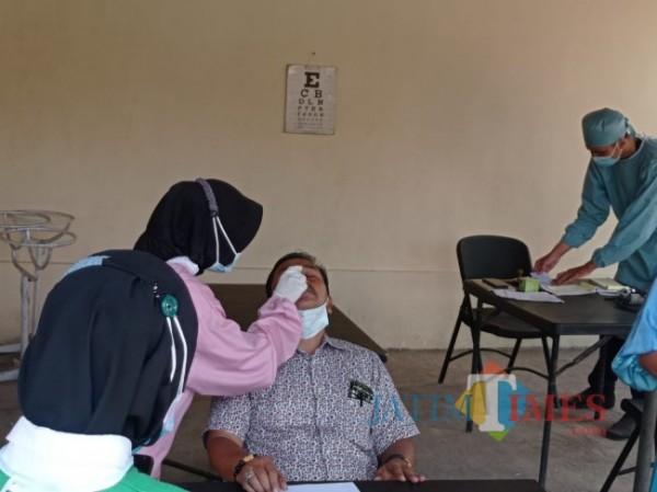 Kades Gading, Suwito saat menjalani swab (foto: Hendra Saputra/ MalangTIMES)