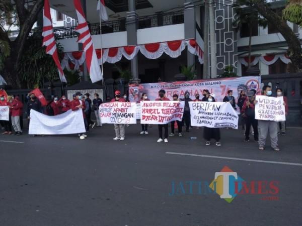 Mahasiswa yang tergabung dalam IMM melakukan aksi unjuk rasa terkait PPKM (Anggara Sudiongko/MalangTIMES)