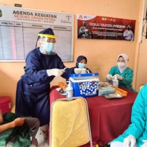 Sinergi dengan Polres Blitar Kota, Mahasiswa Unisba Sukseskan Program Vaksinasi Nasional