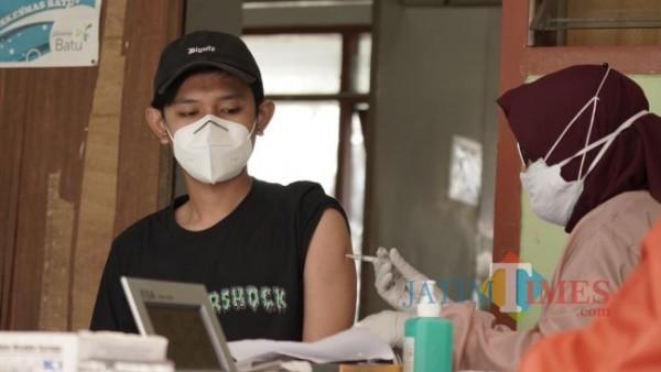 Salah satu warga saat divaksin oleh tenaga kesehatan di Jatim Park 3 beberapa saat lalu. (Foto: Irsya Richa/MalangTIMES)