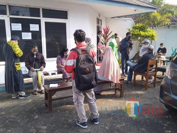 Suasana tempat praktik Dokter Tiwi di lokasi baru yang mulai kembali didatangi pasien Covid-19.