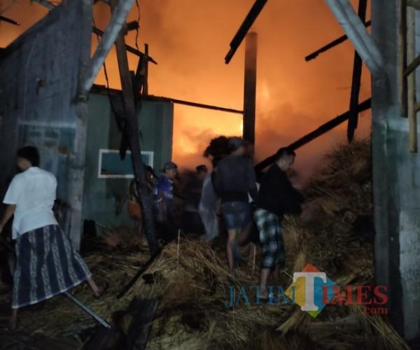 Warga saat membantu petugas PMK Kabupaten Malang berjibaku memadamkan api (foto: Hendra Saputra/MalangTIMES)