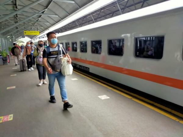 Ilustrasi penumpang kereta api di salah satu stasiun kereta. (Foto: Humas PT KAI Daop 8 Surabaya)